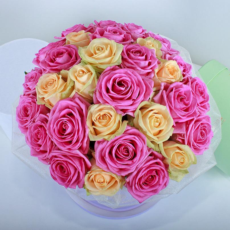 Фото Розовые и кремовые розы в сиреневой коробке
