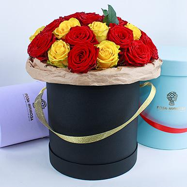 Красные и желтые розы в черной коробке