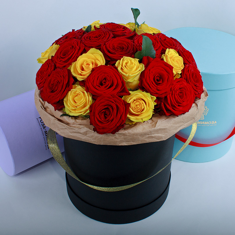 Фото Красные и желтые розы в черной коробке