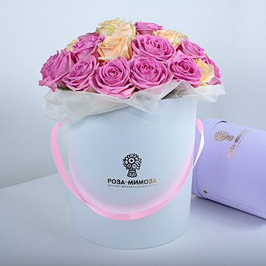 Розовые и кремовые розы в белой коробке