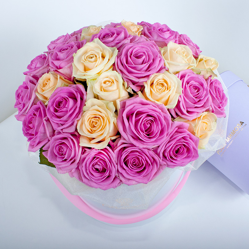 Фото Розовые и кремовые розы в белой коробке