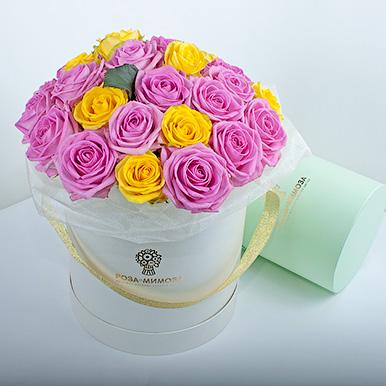 Розовые и желтые розы в кремовой коробке