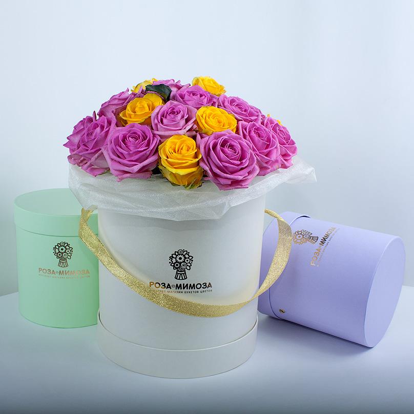 Фото Розовые и желтые розы в кремовой коробке