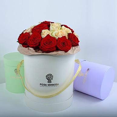 Красные и кремовые розы в кремовой коробке