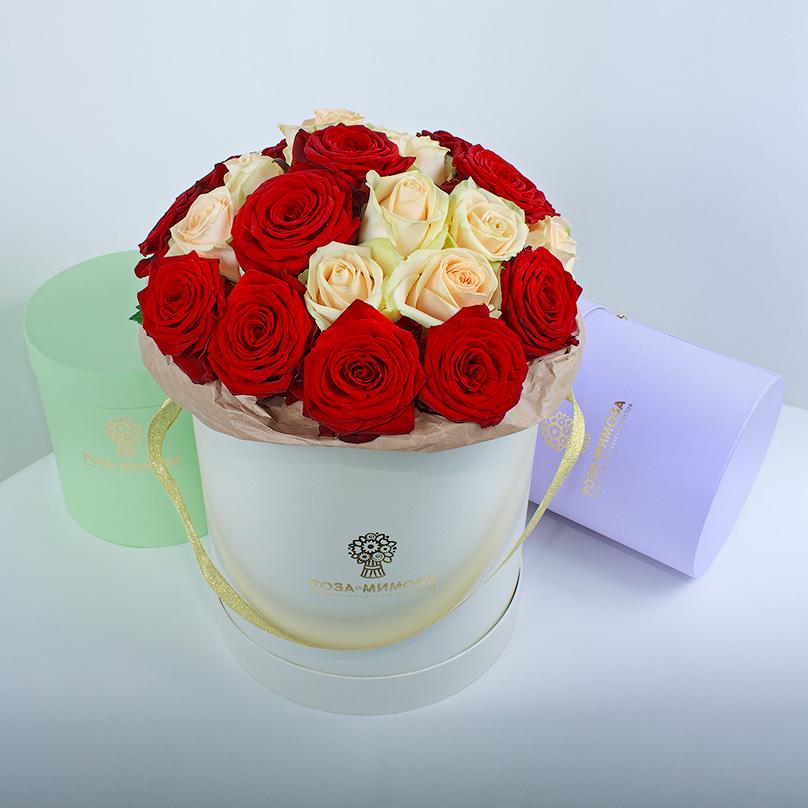 Фото Красные и кремовые розы в кремовой коробке