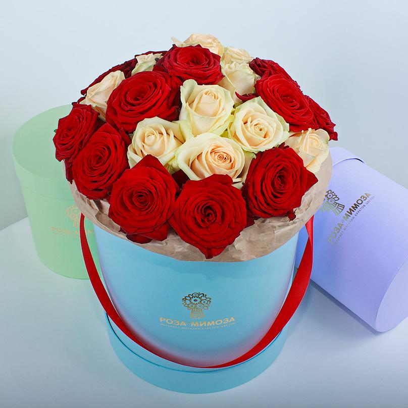 Фото Красные и кремовые розы в голубой коробке