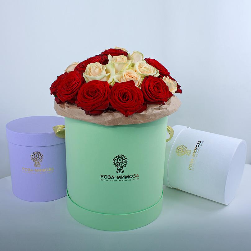 Фото Красные и кремовые розы в зеленой коробке