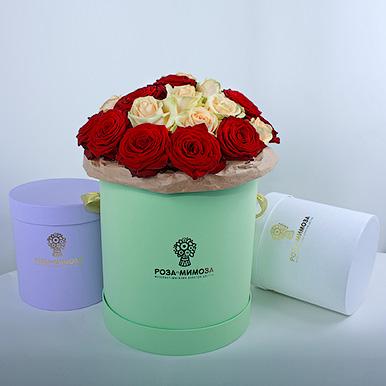 Красные и кремовые розы в зеленой коробке