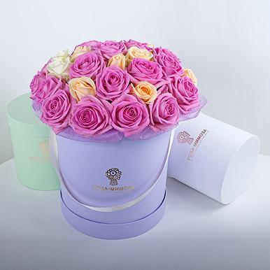 Розовые, кремовые, белые розы в сиреневой коробке