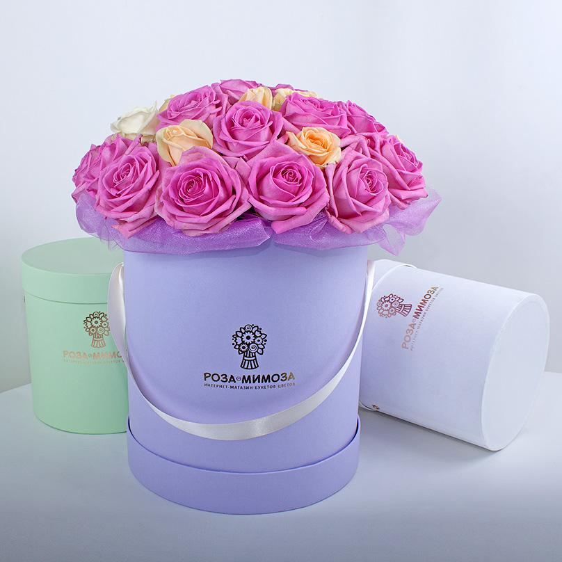 Фото Розовые, кремовые, белые розы в сиреневой коробке