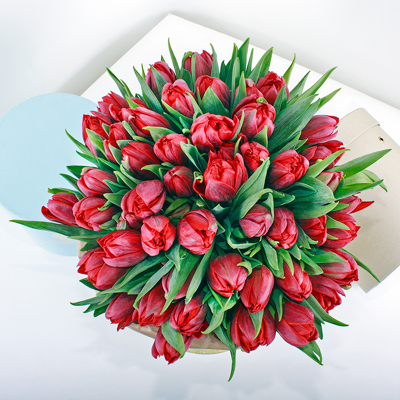 Фото Красные тюльпаны в кремовой коробке