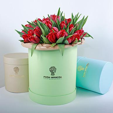 Красные тюльпаны в зеленой коробке