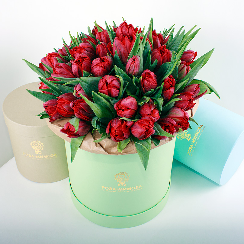 Фото Красные тюльпаны в зеленой коробке