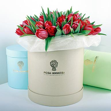 Красные тюльпаны в крафтовой коробке