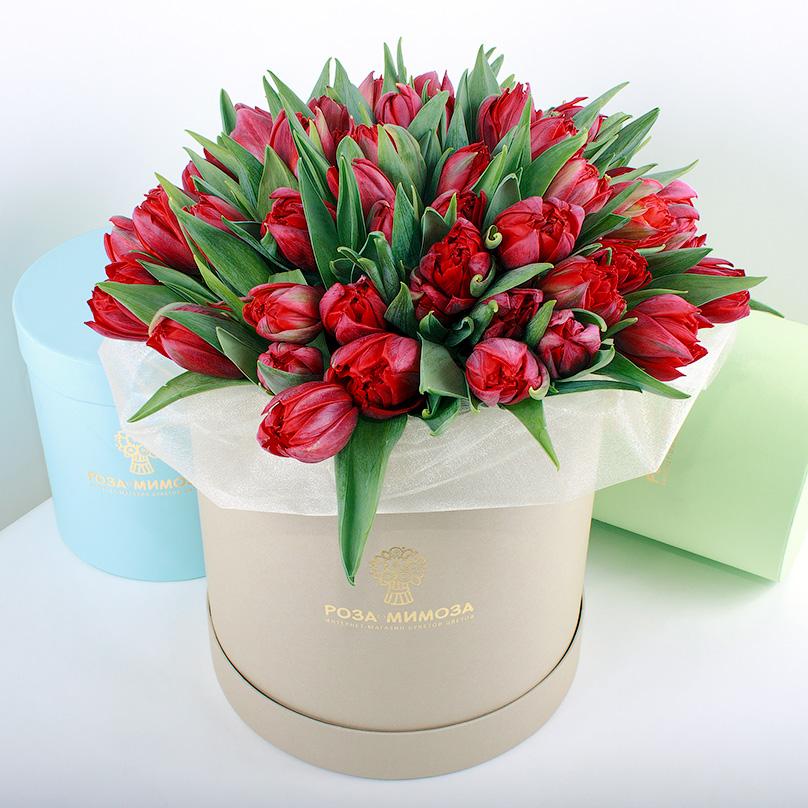 Фото Красные тюльпаны в крафтовой коробке