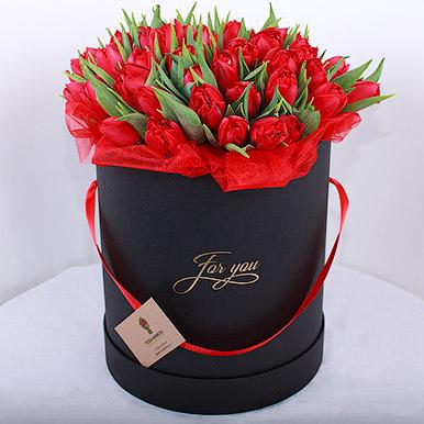 Красные тюльпаны в черной коробке