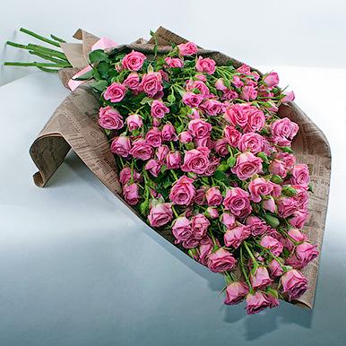 19 розовых кустовых роз в газетном крафте