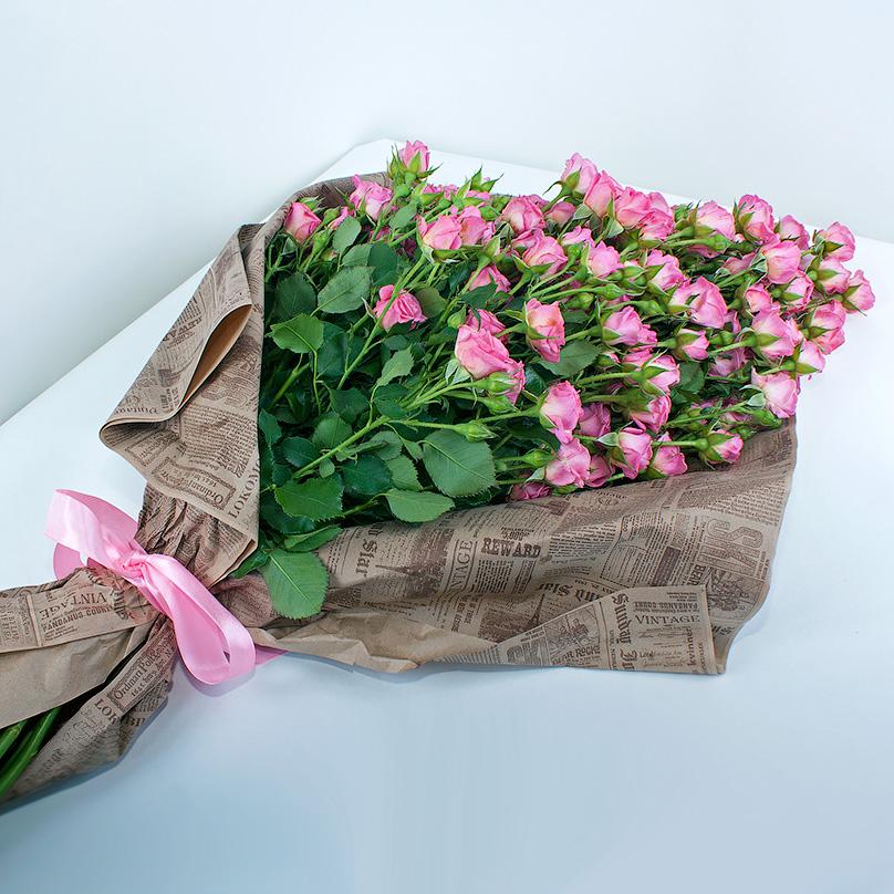 Фото 19 розовых кустовых роз в газетном крафте