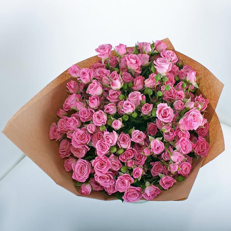Фото 19 розовых кустовых роз в крафтовой бумаге