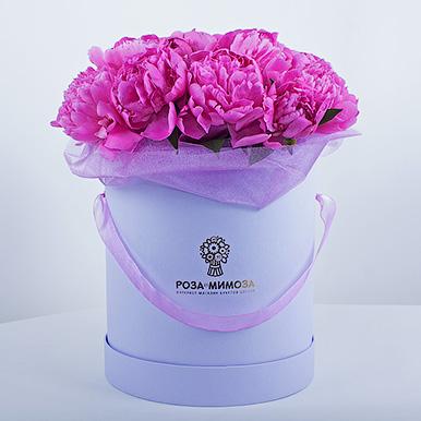 Розовые пионы в сиреневой коробке