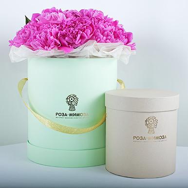 Розовые пионы в зеленой коробке