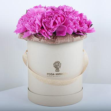 Розовые пионы в крафтовой коробке