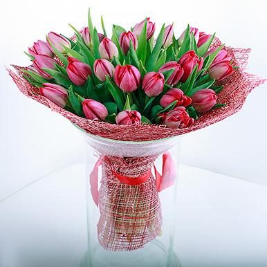 27 красных пионовидных тюльпанов