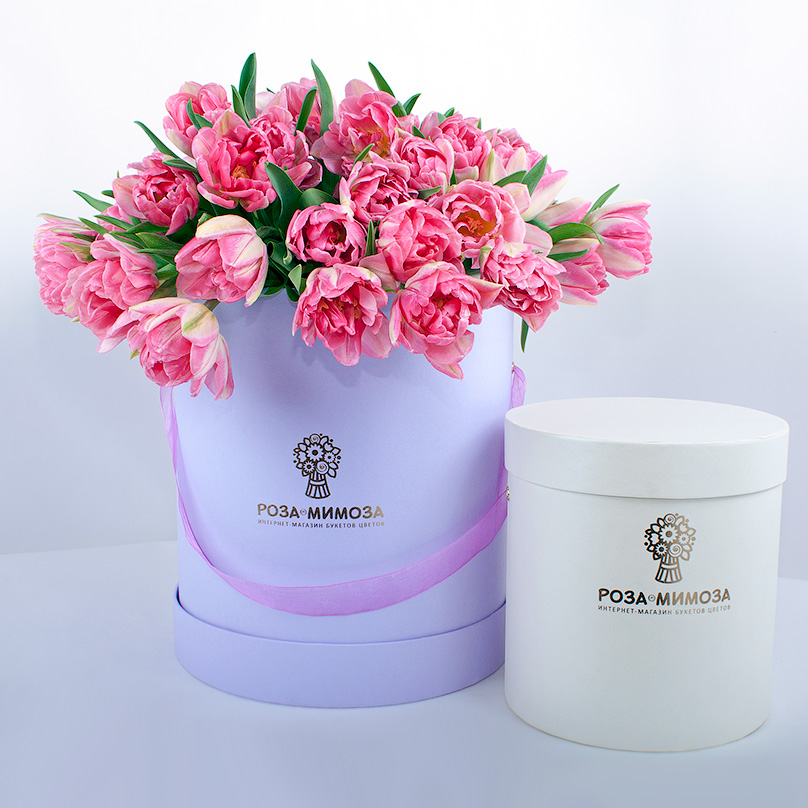 Фото 49 розовых пионовидных тюльпанов в сиреневой коробке