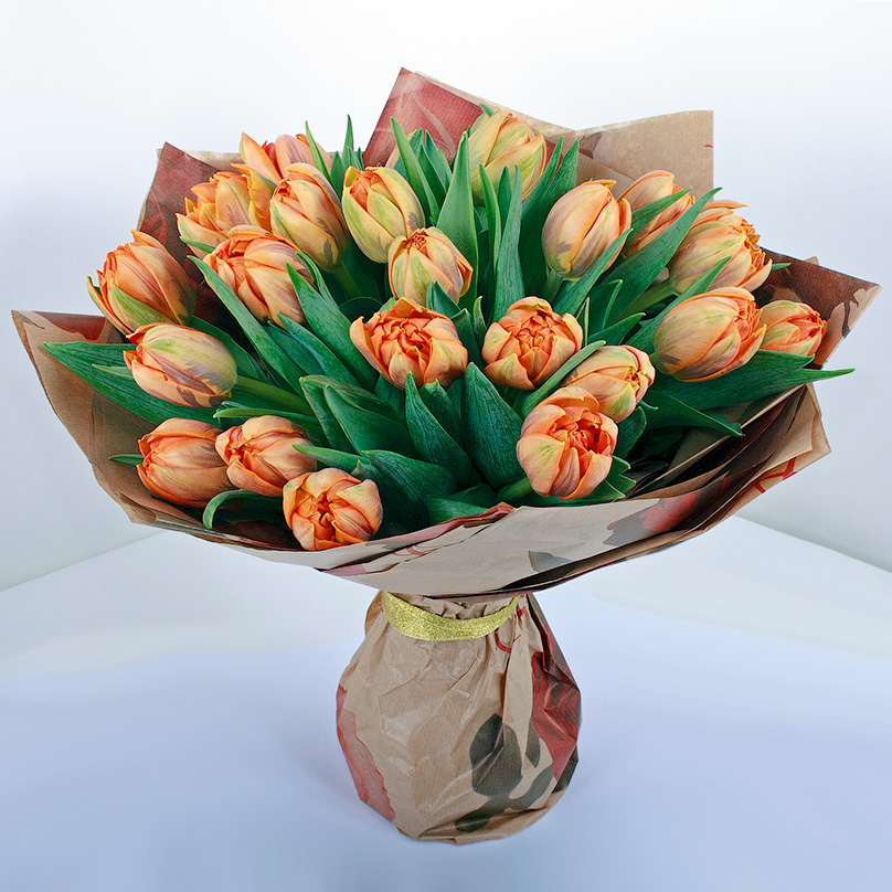 Фото 25 оранжевых тюльпанов в крафте