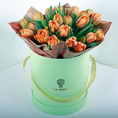 27 оранжевых тюльпанов в крафте и зеленой коробке