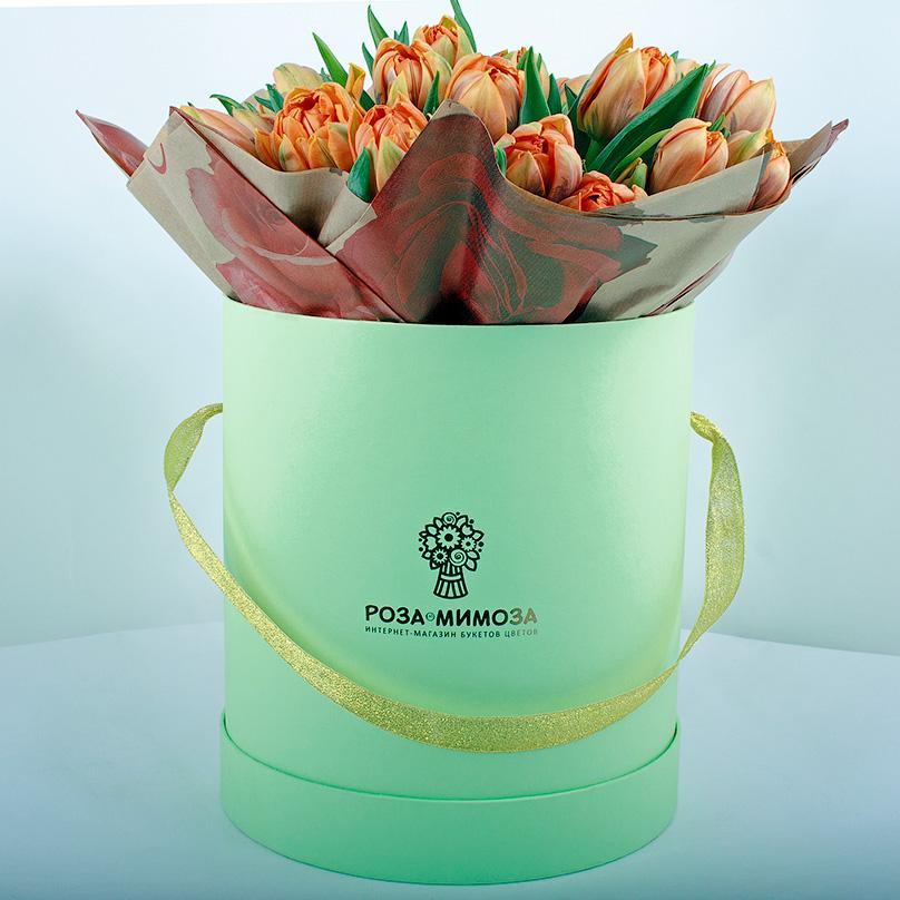 Фото 27 оранжевых тюльпанов в крафте и зеленой коробке