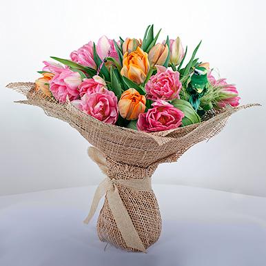 Микс из розовых и оранжевых тюльпанов