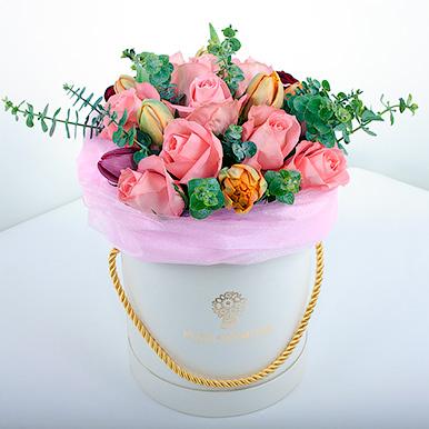 Розы с тюльпанами и эвкалиптом в белой коробке