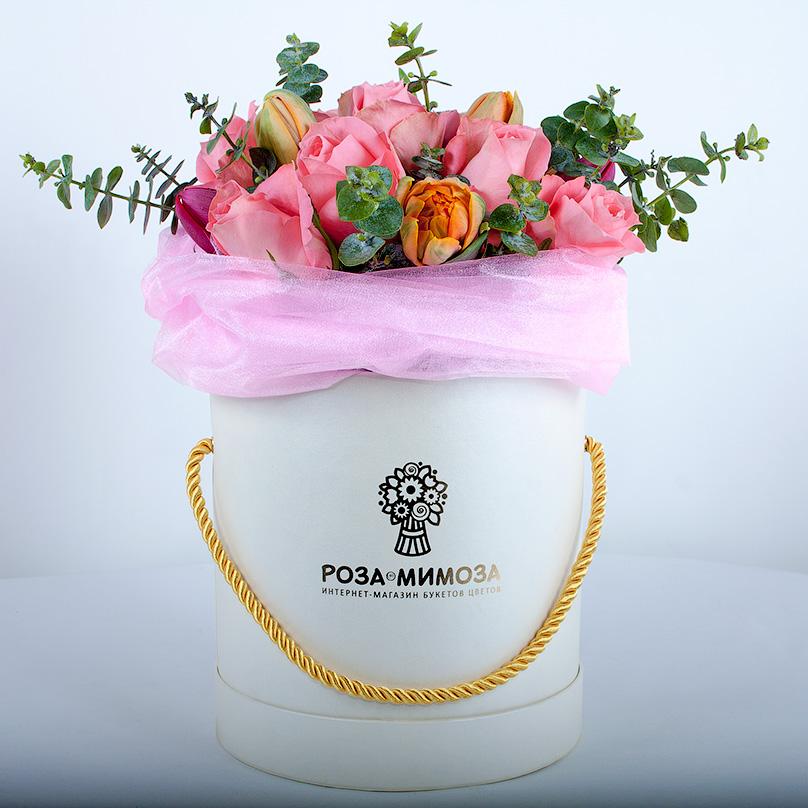Фото Розы с тюльпанами и эвкалиптом в белой коробке