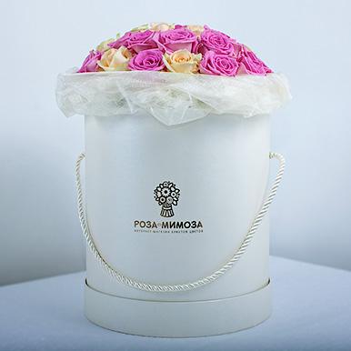 Розовые, кремовые и белые розы в белой коробке