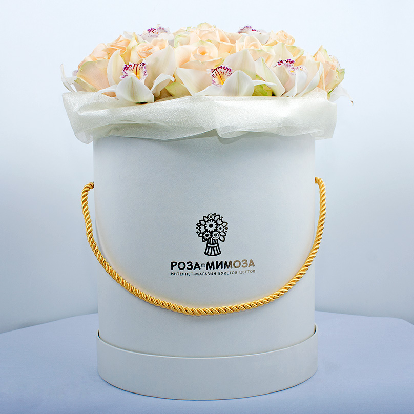 Фото Кремовые розы с орхидеями в белой коробке