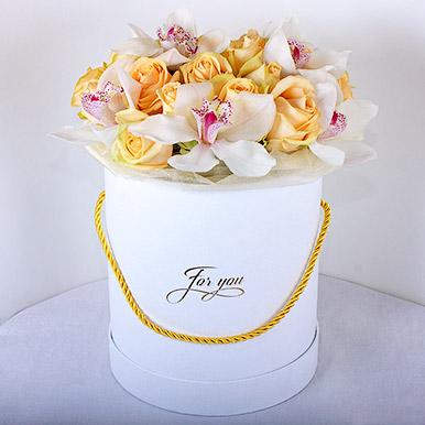 Кремовые розы с орхидеями в белой коробке