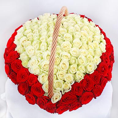 Сердце из 151 красно-белой розы