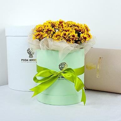 Мини-коробка с красно-желтыми кустовыми хризантемами