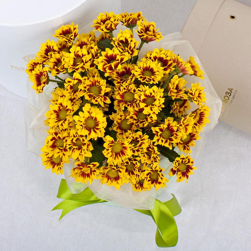 Фото Мини-коробка с красно-желтыми кустовыми хризантемами