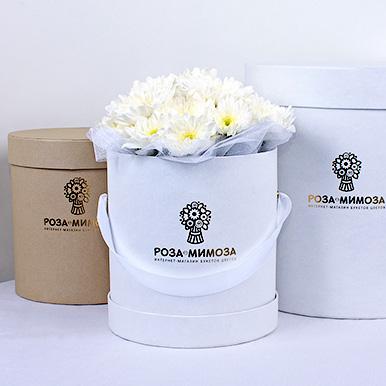 Мини-коробка с белыми кустовыми хризантемами