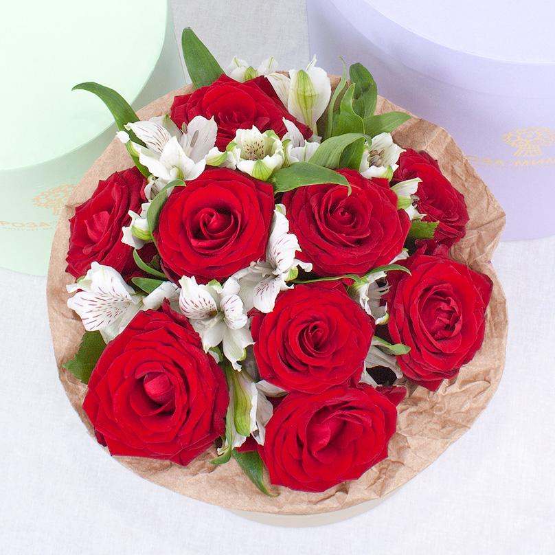 Фото Мини-коробка с красными розами и альстромериями