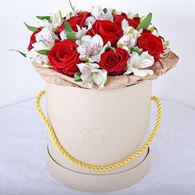 Мини-коробка с красными розами и альстромериями