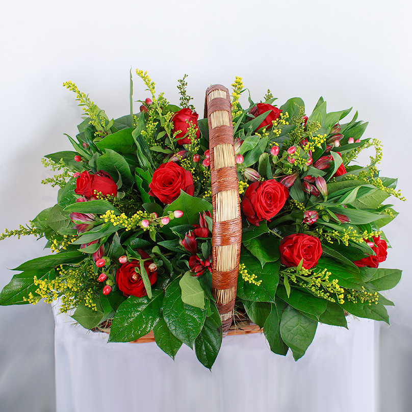 Фото Корзинка с красными розами