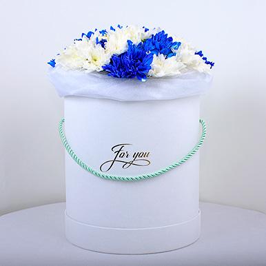 Шляпная коробка с синими и белыми хризантемами