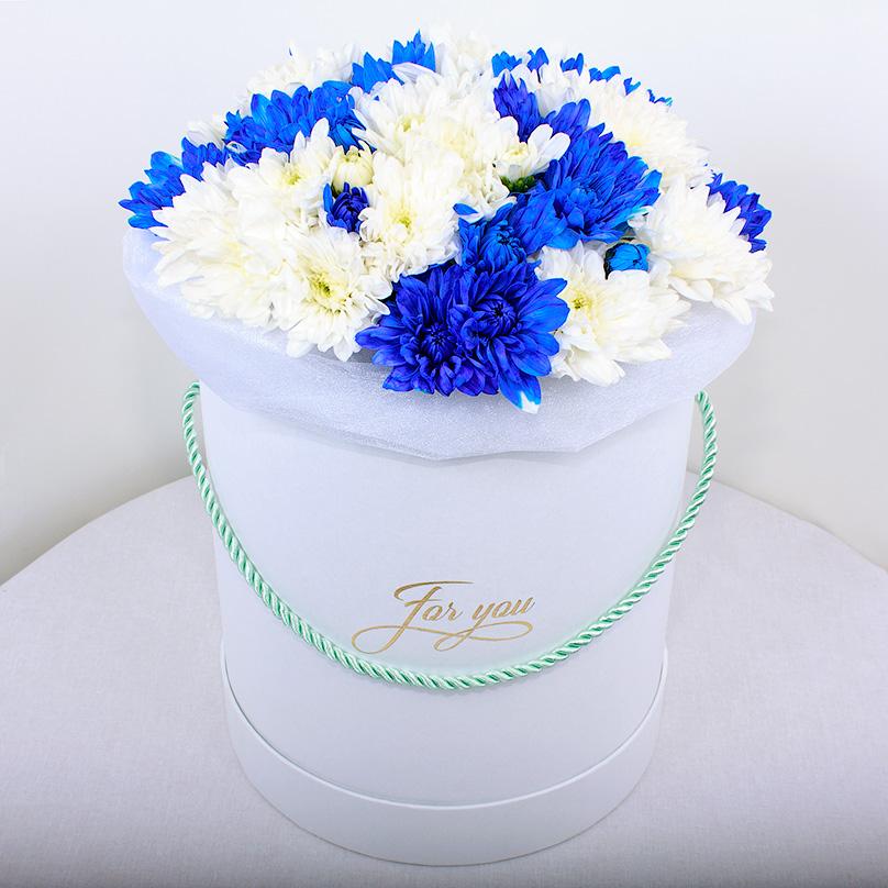 Фото Шляпная коробка с синими и белыми хризантемами