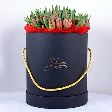 Черная шляпная коробка с тюльпанами