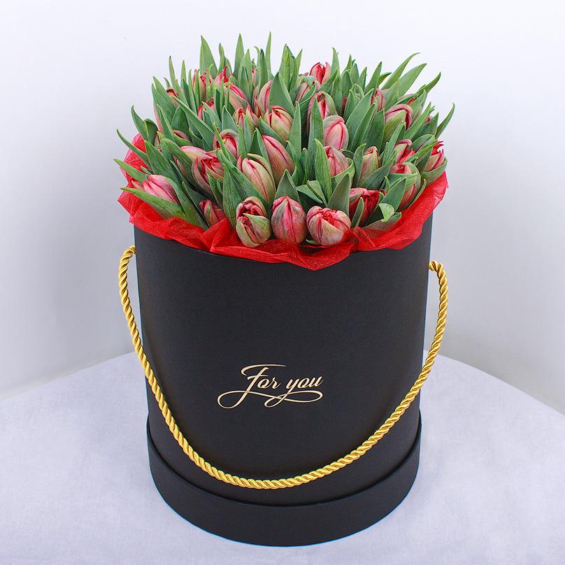 Фото Черная шляпная коробка с тюльпанами