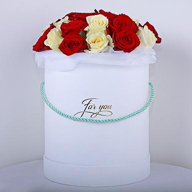 Шляпная коробка с красными и белыми розами