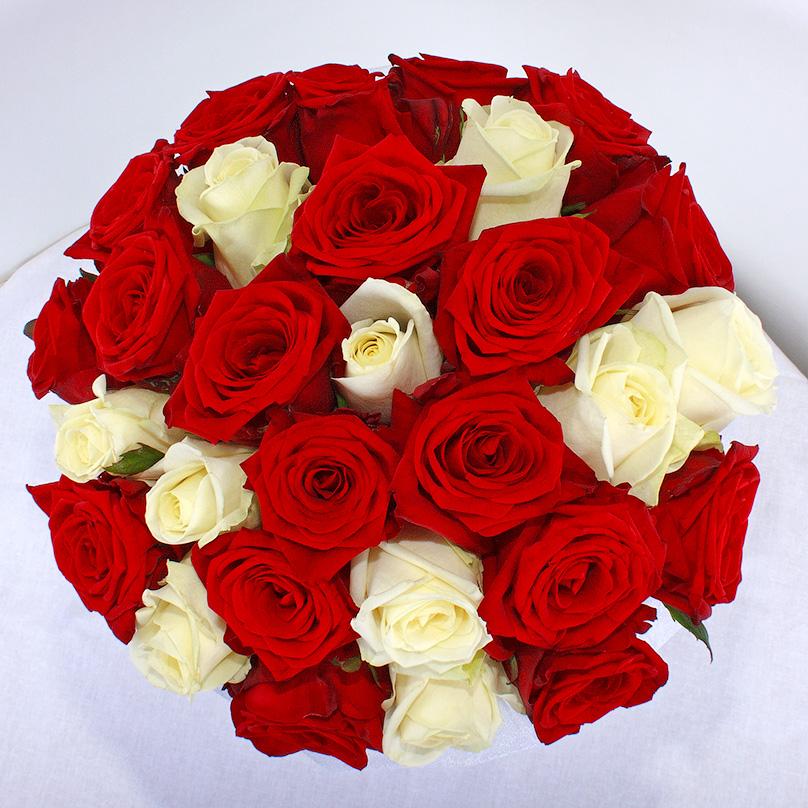 Фото Шляпная коробка с красными и белыми розами